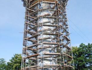 Wieża ciśnień w trakcie renowacji